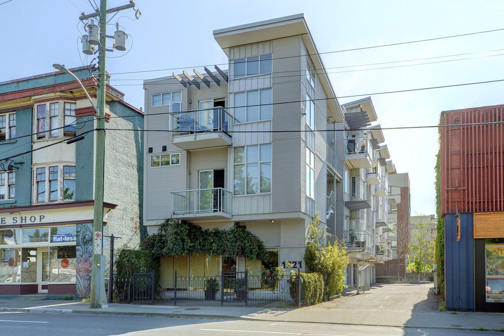 Main Photo: 305 1721 Quadra St in VICTORIA: Vi Central Park Condo Apartment for sale (Victoria)  : MLS®# 793599