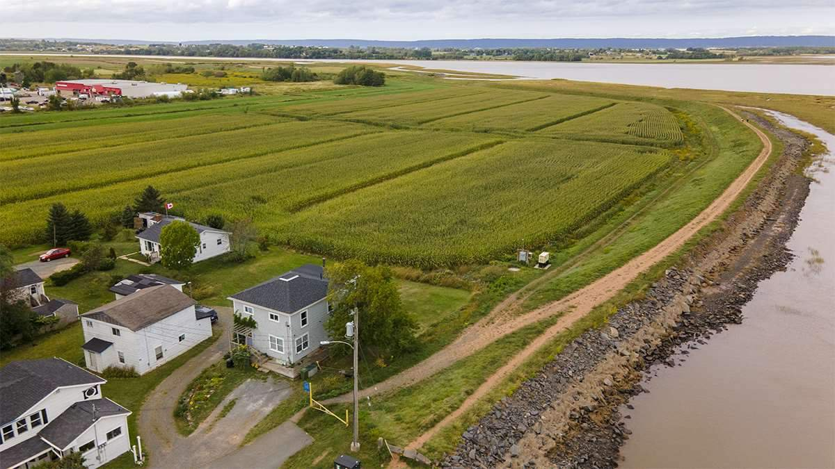 Main Photo: 33 Harbourside Drive in Wolfville: 404-Kings County Commercial for sale (Annapolis Valley)  : MLS®# 202019904