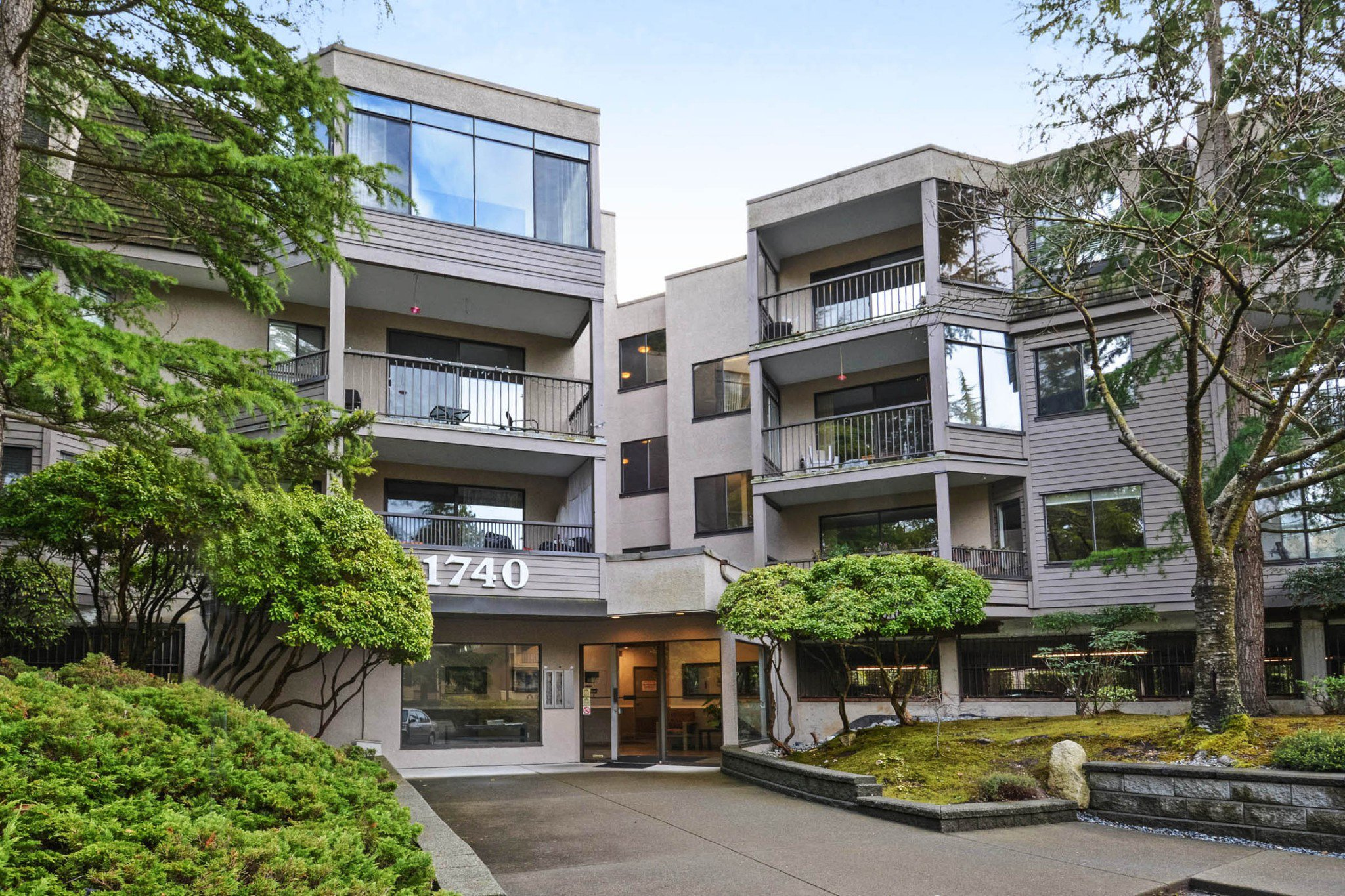 "Main Photo: 208 1740 SOUTHMERE Crescent in Surrey: Sunnyside Park Surrey Condo for sale in ""CAPSTAN WAY"" (South Surrey White Rock)  : MLS®# R2234787"