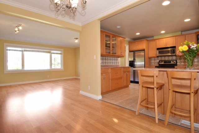 Photo 2: Photos: 104 HARVEY Street in New Westminster: The Heights NW House for sale : MLS®# R2124732