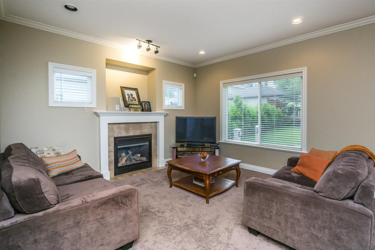 """Photo 9: Photos: 4382 BLAUSON Boulevard in Abbotsford: Abbotsford East House for sale in """"Auguston"""" : MLS®# R2191722"""