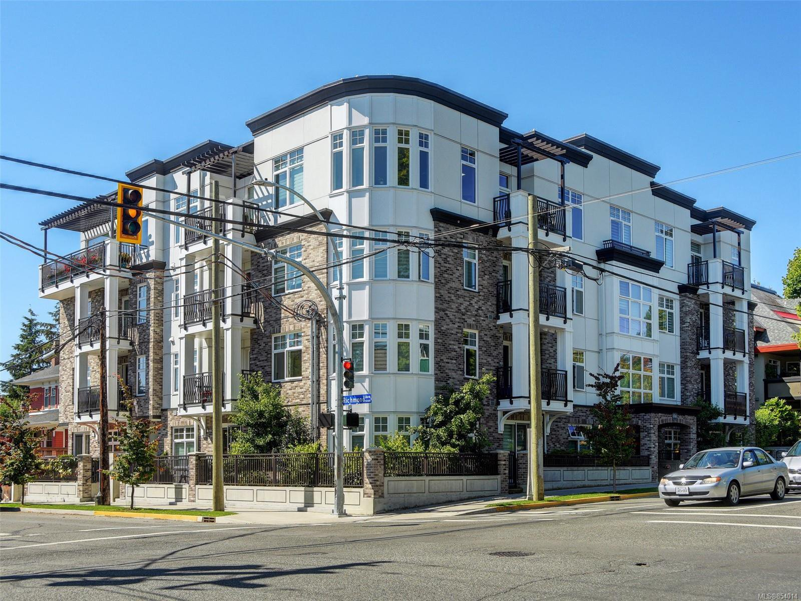 Main Photo: 205 1765 Oak Bay Ave in : Vi Rockland Condo for sale (Victoria)  : MLS®# 854014