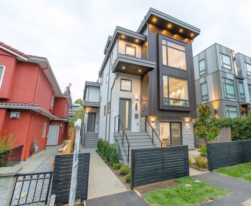 Main Photo: 487 E 16TH Avenue in Vancouver: Mount Pleasant VE House 1/2 Duplex for sale (Vancouver East)  : MLS®# R2330046