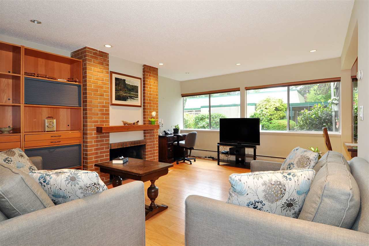 "Photo 4: Photos: 720 WESTVIEW Crescent in North Vancouver: Central Lonsdale Condo for sale in ""Cypress Gardens"" : MLS®# R2370300"