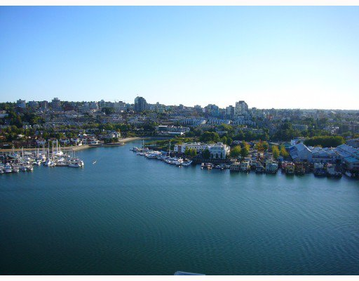 Main Photo: 2001 428 Beach Crescent in King's Landing: Home for sale : MLS®# V683866