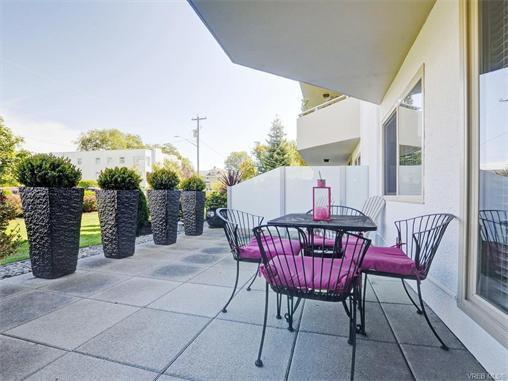 Main Photo: 104 1148 Goodwin St in VICTORIA: OB South Oak Bay Condo Apartment for sale (Oak Bay)  : MLS®# 747112