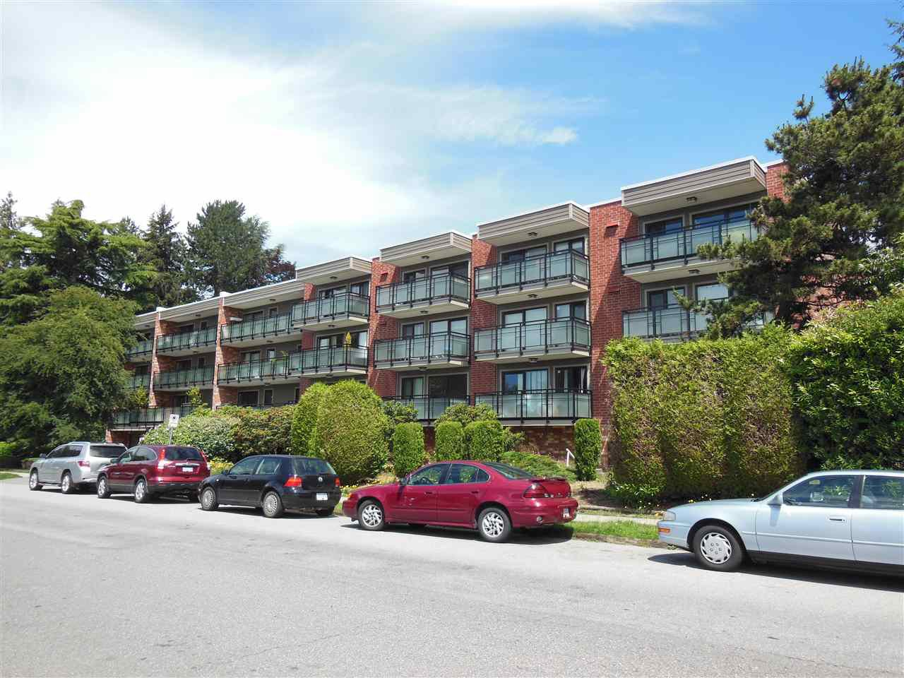 """Main Photo: 301 360 E 2ND Street in North Vancouver: Lower Lonsdale Condo for sale in """"Emerald Manor"""" : MLS®# R2084102"""
