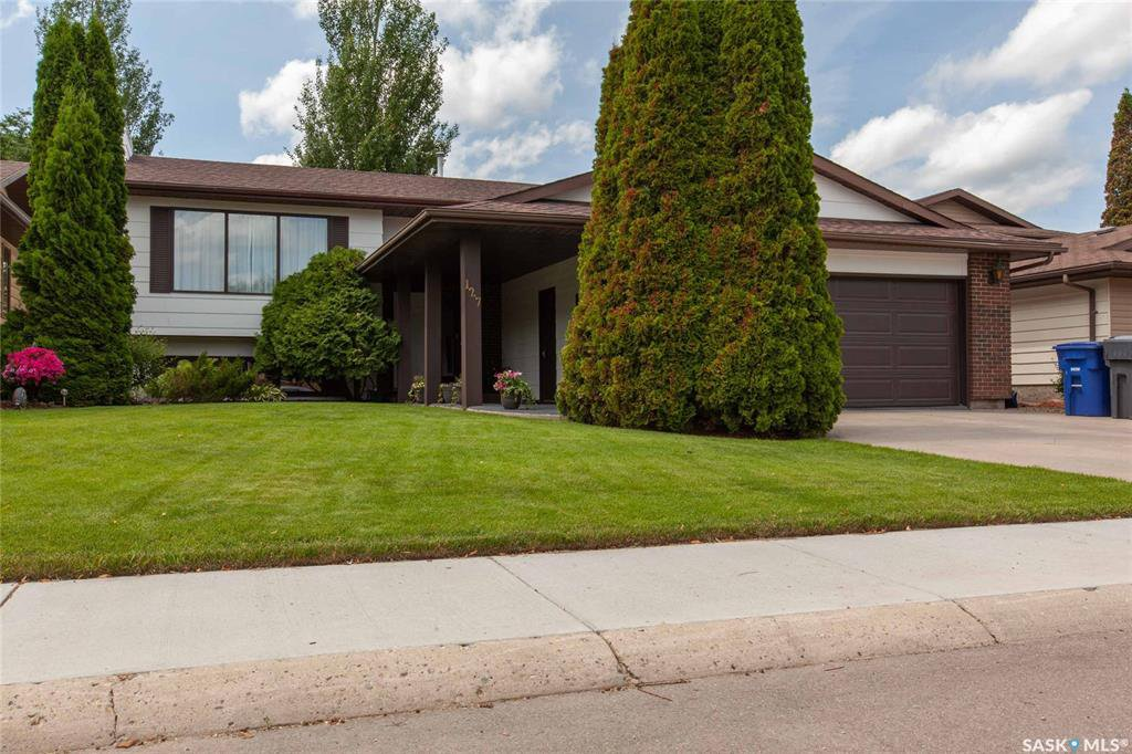 Main Photo: 127 Benesh Crescent in Saskatoon: Silverwood Heights Residential for sale : MLS®# SK778912