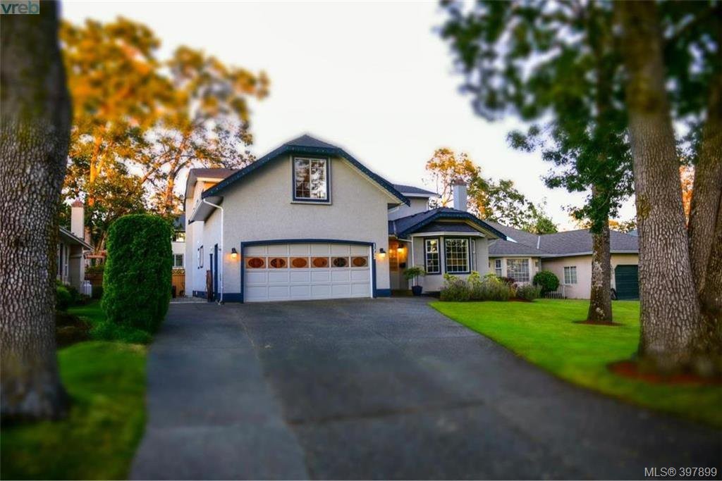 Main Photo: 1553 Eric Rd in VICTORIA: SE Mt Doug Single Family Detached for sale (Saanich East)  : MLS®# 796027