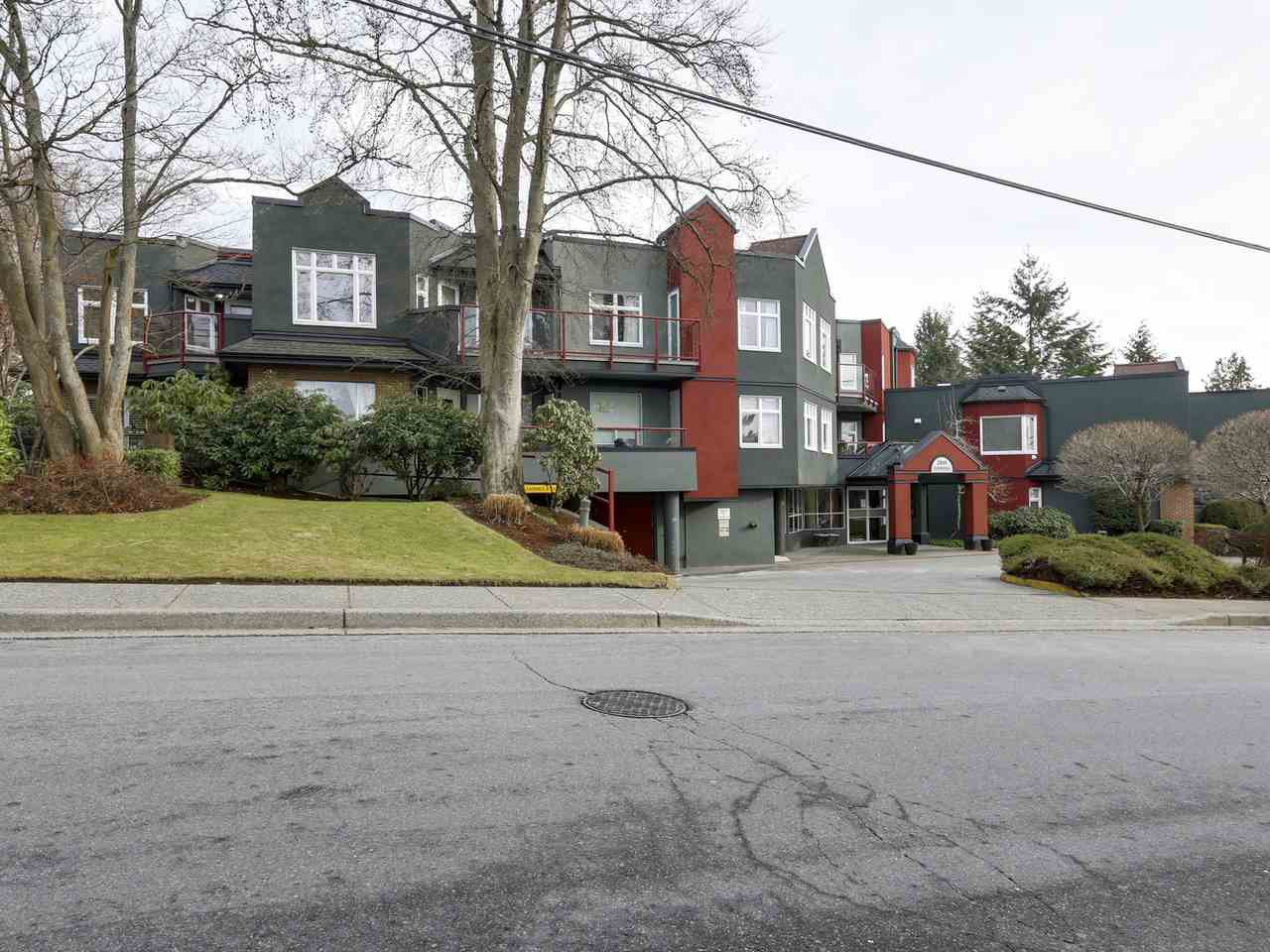 """Main Photo: 306 2800 CHESTERFIELD Avenue in North Vancouver: Upper Lonsdale Condo for sale in """"Somerset Green"""" : MLS®# R2134910"""