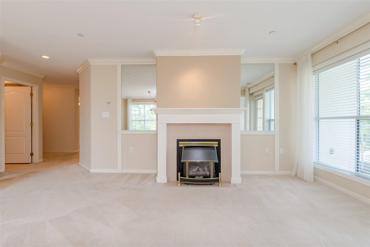 """Photo 5: Photos: 202 15290 18 Avenue in Surrey: King George Corridor Condo for sale in """"STRATFORD BY THE PARK"""" (South Surrey White Rock)  : MLS®# R2460896"""