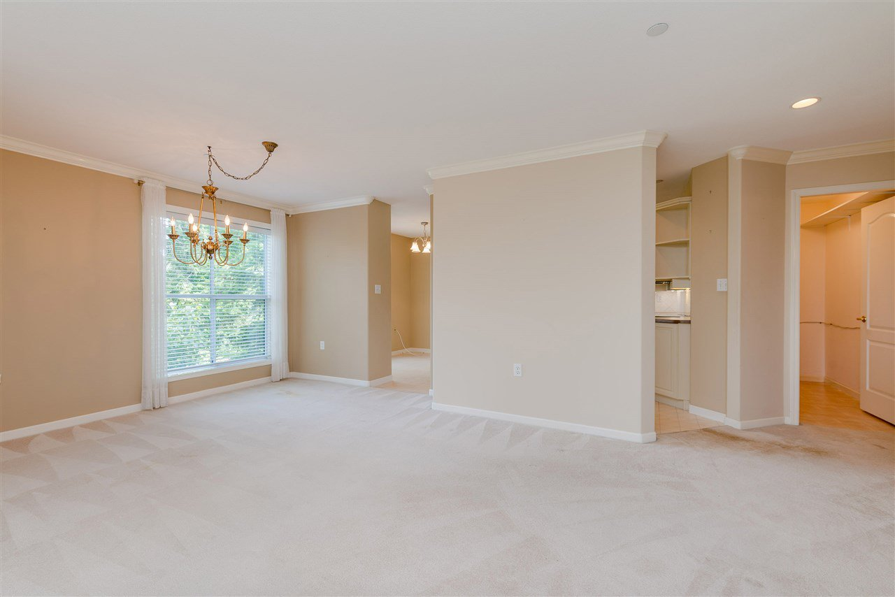 """Photo 10: Photos: 202 15290 18 Avenue in Surrey: King George Corridor Condo for sale in """"STRATFORD BY THE PARK"""" (South Surrey White Rock)  : MLS®# R2460896"""