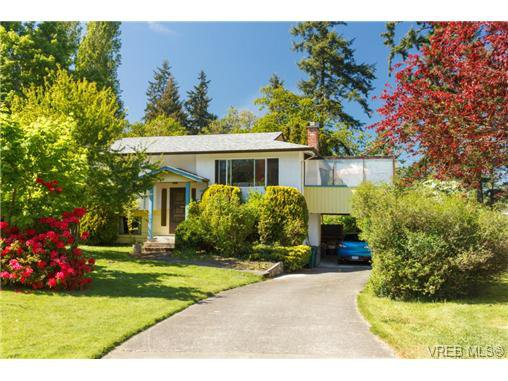 Main Photo: 1122 Labrador Pl in VICTORIA: SE Lake Hill Single Family Detached for sale (Saanich East)  : MLS®# 700705