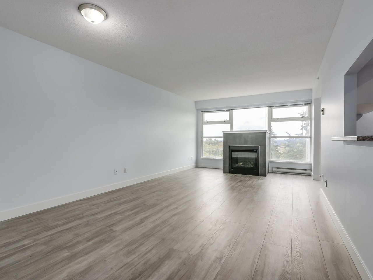 """Photo 2: Photos: 1005 9830 WHALLEY Boulevard in Surrey: Whalley Condo for sale in """"King George Park Tower"""" (North Surrey)  : MLS®# R2332057"""