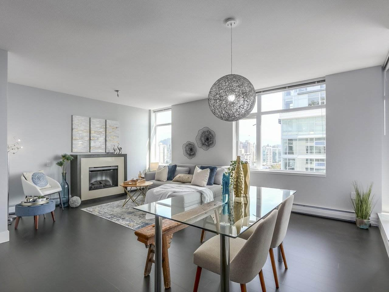"Main Photo: 1606 1320 CHESTERFIELD Avenue in North Vancouver: Central Lonsdale Condo for sale in ""Vista Place"" : MLS®# R2355353"