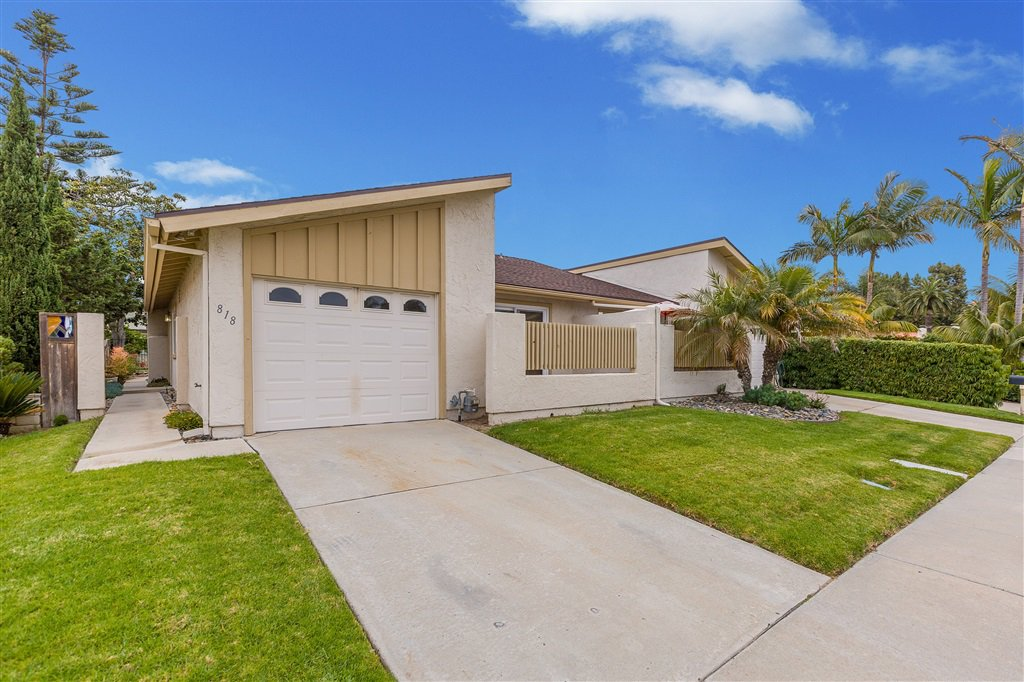 Main Photo: CARLSBAD SOUTH Twin-home for sale : 3 bedrooms : 818 Caminito Del Sol in Carlsbad