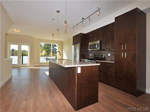 Beautiful center kitchen layout - great for entertaining!