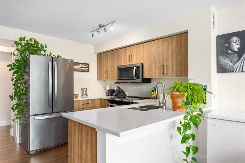 Main Photo: 202 188 15 Avenue SW in Calgary: Beltline Apartment for sale : MLS®# A1049726