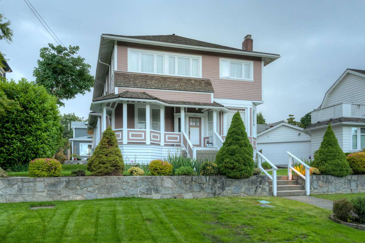 "Main Photo: 223 QUEENS Avenue in New Westminster: Queens Park House for sale in ""QUEENS PARK"" : MLS®# R2114172"