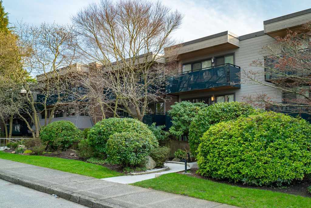 "Main Photo: 303 2416 W 3RD Avenue in Vancouver: Kitsilano Condo for sale in ""Landmark Reef"" (Vancouver West)  : MLS®# R2435957"