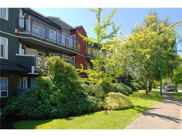 Main Photo: 206 121 W 29TH Street in North Vancouver: Upper Lonsdale Condo for sale : MLS®# R2151288