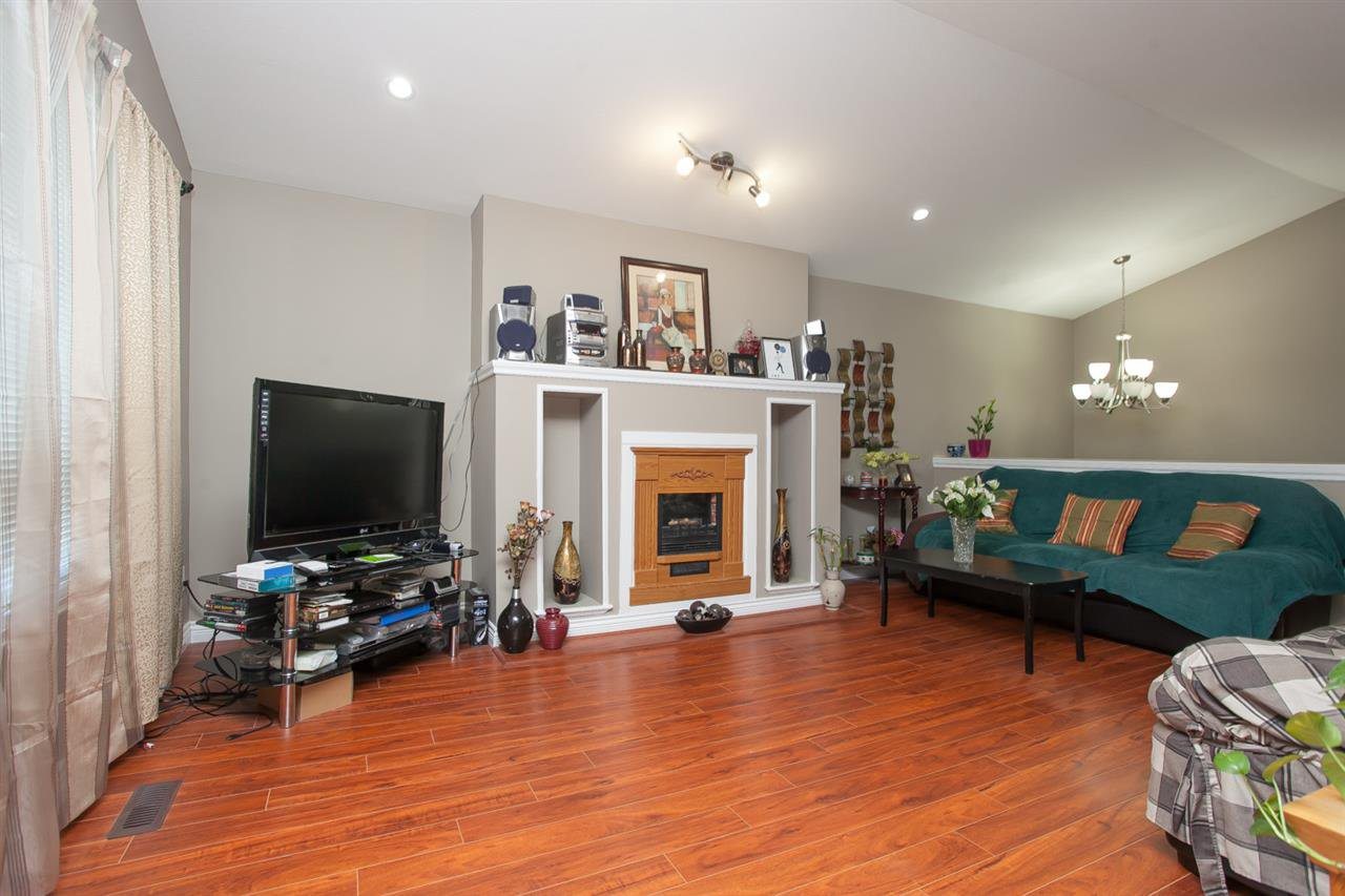 Photo 4: Photos: 15184 88 Avenue in Surrey: Bear Creek Green Timbers House 1/2 Duplex for sale : MLS®# R2165770