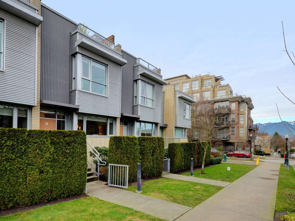 "Main Photo: 2711 PRINCE EDWARD Street in Vancouver: Mount Pleasant VE Townhouse for sale in ""UNO"" (Vancouver East)  : MLS®# R2336793"