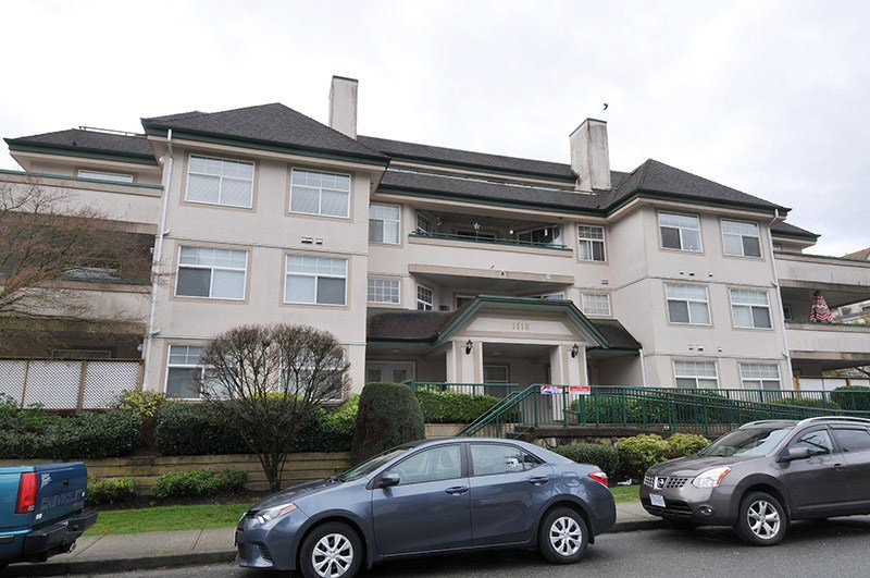 "Main Photo: 404 1618 GRANT Avenue in Port Coquitlam: Glenwood PQ Condo for sale in ""WEDGEWOOD MANOR"" : MLS®# R2356755"