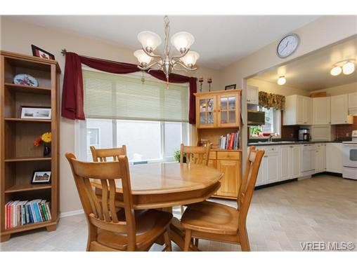 Photo 7: Photos: 741 Bexhill Rd in VICTORIA: Co Triangle Single Family Detached for sale (Colwood)  : MLS®# 635232