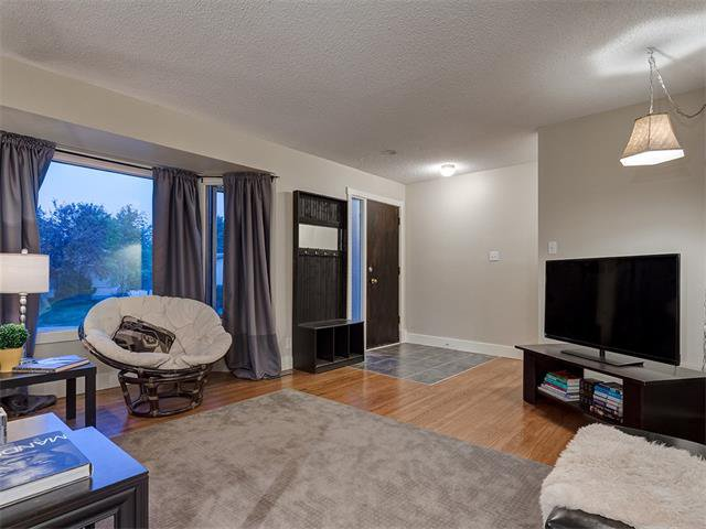 Photo 3: Photos: 5007 48 Street NW in Calgary: Varsity Acres House for sale : MLS®# C4021918