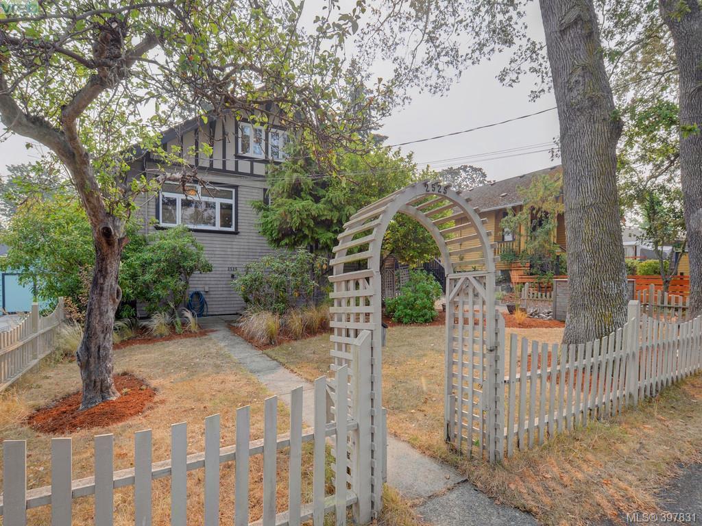 Main Photo: 2525 Scott St in VICTORIA: Vi Oaklands Half Duplex for sale (Victoria)  : MLS®# 795860