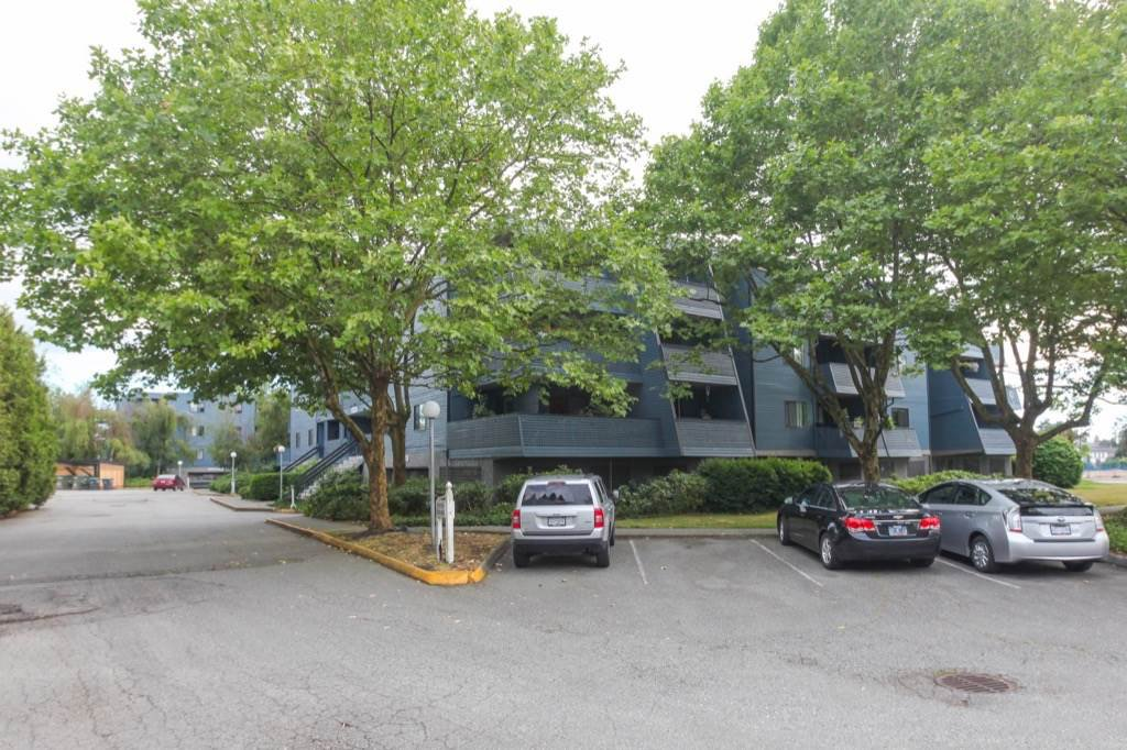 """Photo 3: Photos: 101 5906 176A Street in Surrey: Cloverdale BC Condo for sale in """"Wydham estates"""" (Cloverdale)  : MLS®# R2286644"""