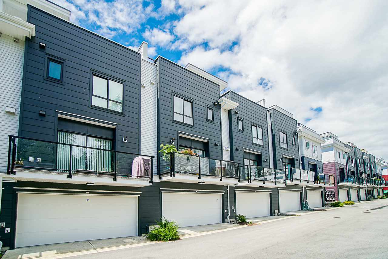 """Main Photo: 202 2277 OAK MEADOWS Drive in Surrey: Grandview Surrey Townhouse for sale in """"SOHO 2"""" (South Surrey White Rock)  : MLS®# R2495621"""
