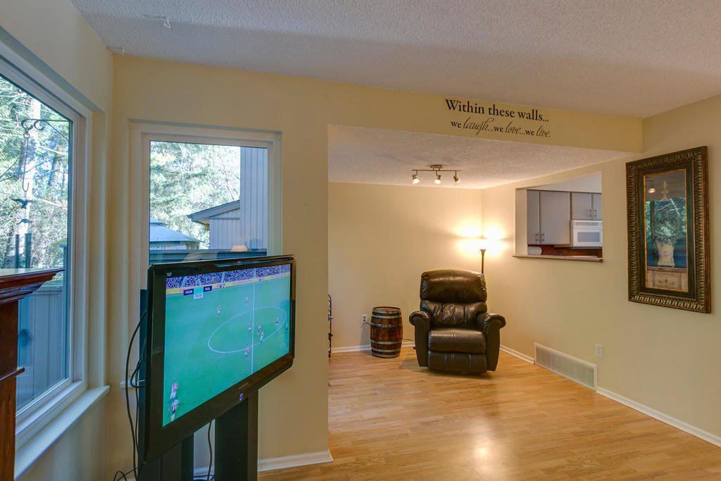 """Photo 9: Photos: 4209 BIRCHWOOD Crescent in Burnaby: Greentree Village Townhouse for sale in """"Greentree Village"""" (Burnaby South)  : MLS®# R2137571"""
