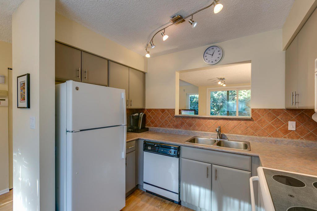 """Photo 6: Photos: 4209 BIRCHWOOD Crescent in Burnaby: Greentree Village Townhouse for sale in """"Greentree Village"""" (Burnaby South)  : MLS®# R2137571"""