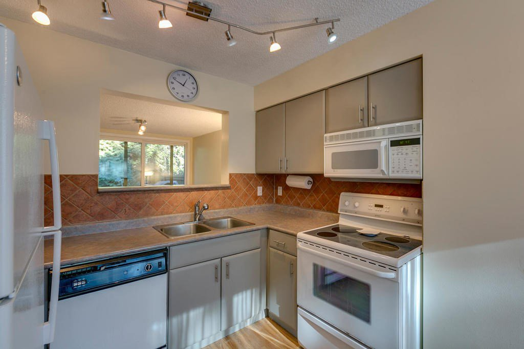 """Photo 5: Photos: 4209 BIRCHWOOD Crescent in Burnaby: Greentree Village Townhouse for sale in """"Greentree Village"""" (Burnaby South)  : MLS®# R2137571"""