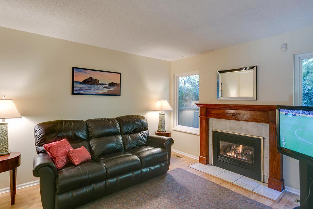 """Photo 11: Photos: 4209 BIRCHWOOD Crescent in Burnaby: Greentree Village Townhouse for sale in """"Greentree Village"""" (Burnaby South)  : MLS®# R2137571"""