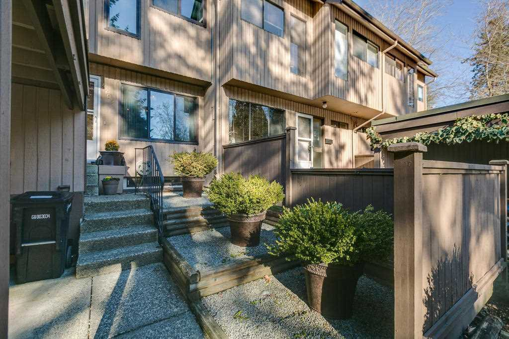"""Photo 3: Photos: 4209 BIRCHWOOD Crescent in Burnaby: Greentree Village Townhouse for sale in """"Greentree Village"""" (Burnaby South)  : MLS®# R2137571"""