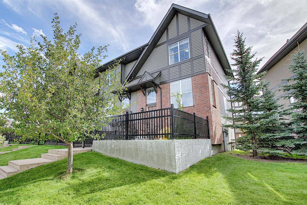 Main Photo: 83 NEW BRIGHTON Common SE in Calgary: New Brighton Row/Townhouse for sale : MLS®# A1027197
