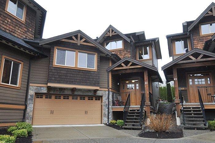 Trail's Edge, Maple Ridge's premier townhome community. Beautiful duplex style end unit.