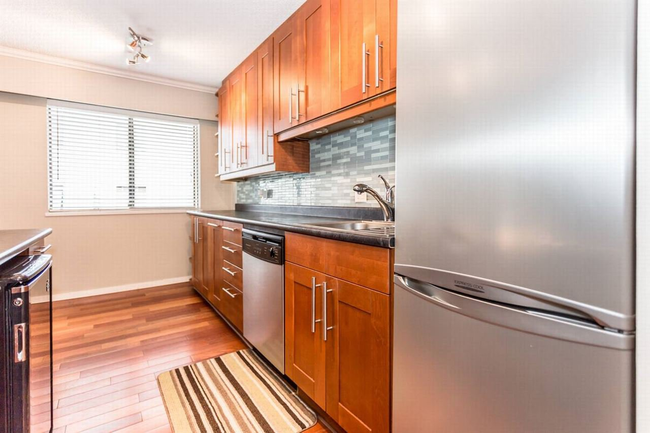 """Photo 4: Photos: 202 270 W 1ST Street in North Vancouver: Lower Lonsdale Condo for sale in """"DORSET MANOR"""" : MLS®# R2113600"""