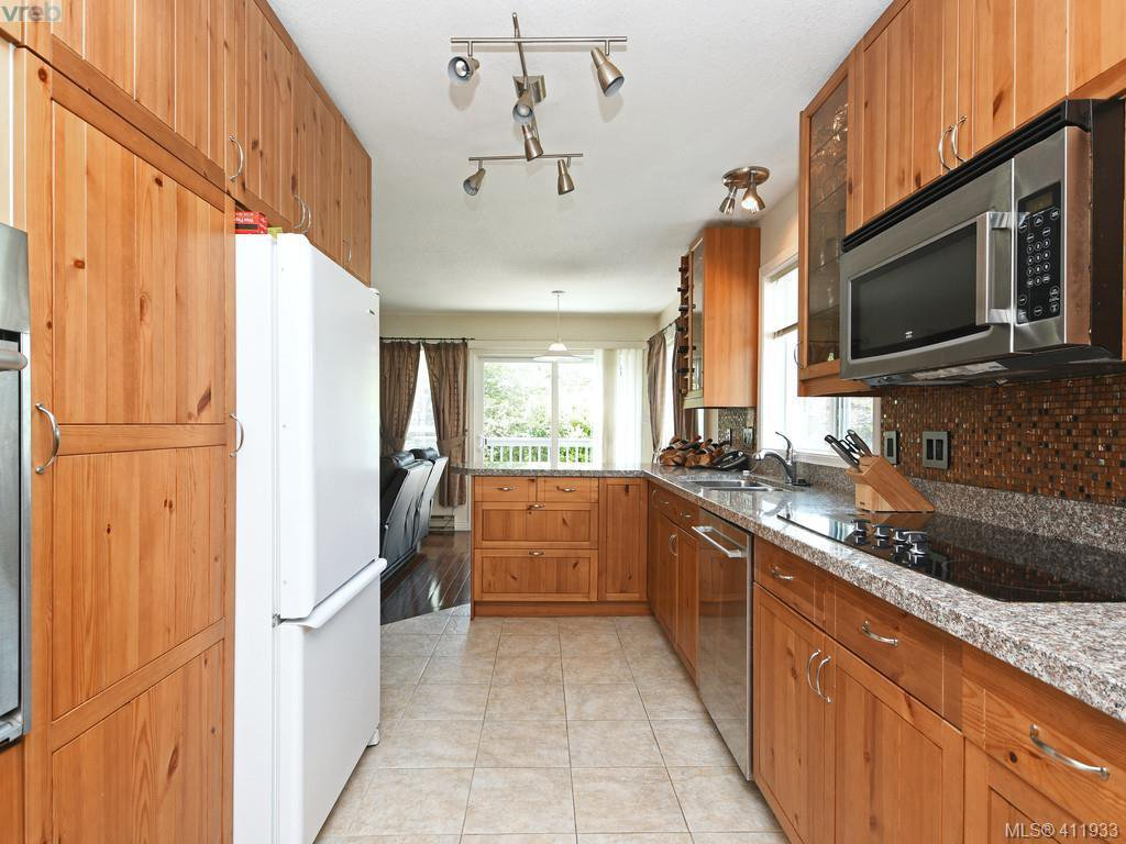 Photo 6: Photos: 2567 Wilcox Terrace in VICTORIA: CS Tanner Single Family Detached for sale (Central Saanich)  : MLS®# 411933