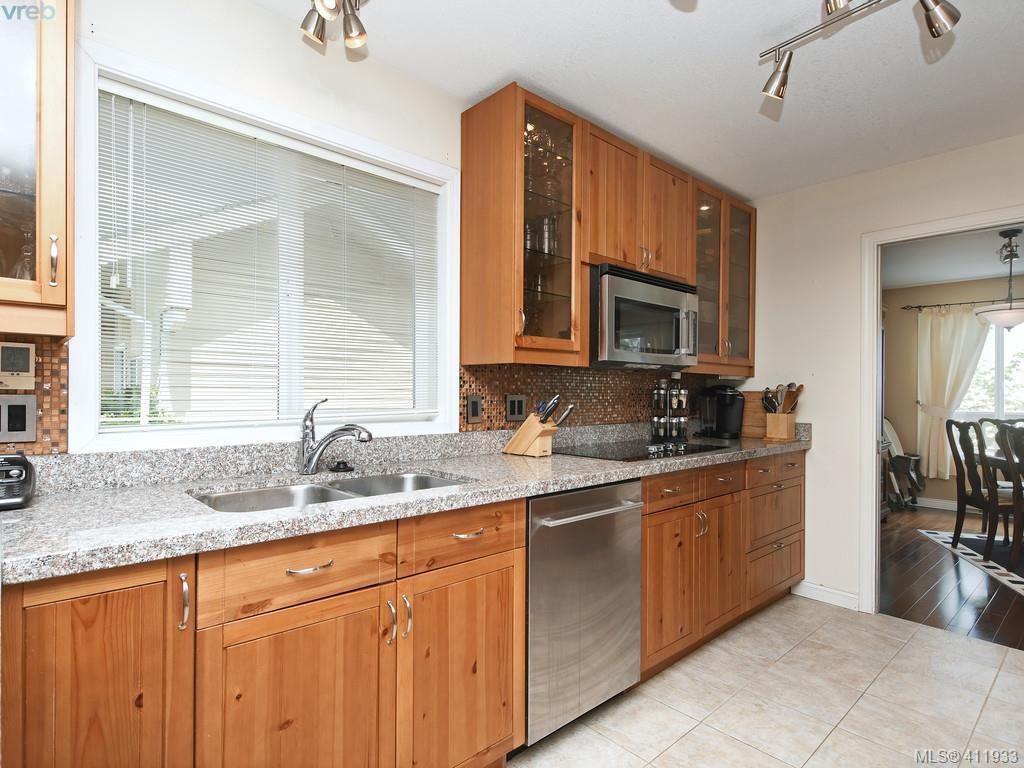 Photo 7: Photos: 2567 Wilcox Terrace in VICTORIA: CS Tanner Single Family Detached for sale (Central Saanich)  : MLS®# 411933