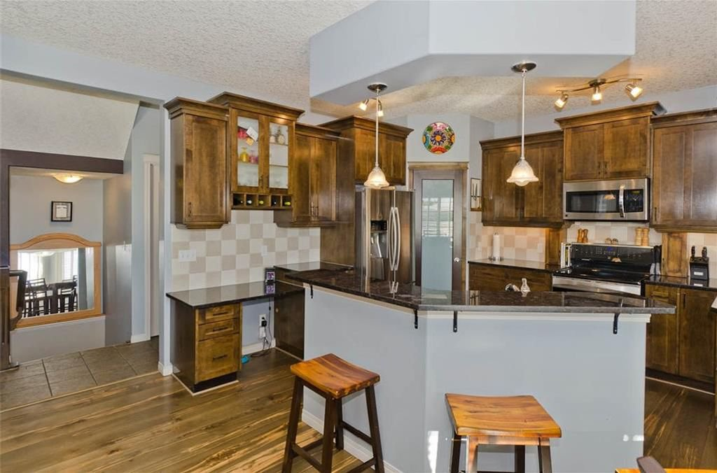 Photo 12: Photos: 167 HILLVIEW Road: Strathmore House for sale : MLS®# C4174240