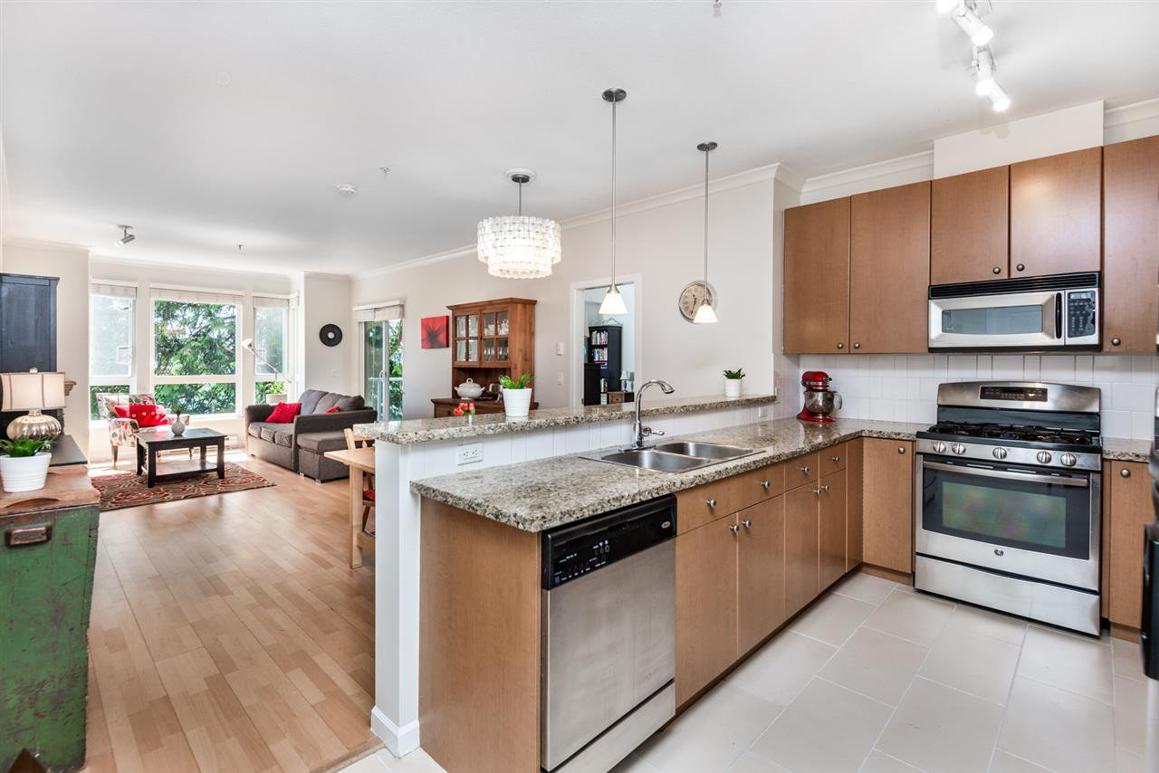 """Main Photo: 214 14 E ROYAL Avenue in New Westminster: Fraserview NW Condo for sale in """"VICTORIA HILL"""" : MLS®# R2385343"""