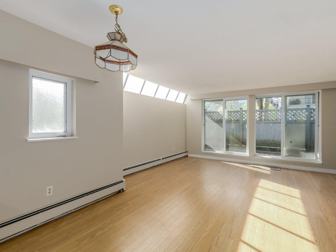 "Photo 4: Photos: 115 2125 YORK Avenue in Vancouver: Kitsilano Condo for sale in ""YORK GARDENS"" (Vancouver West)  : MLS®# R2054686"