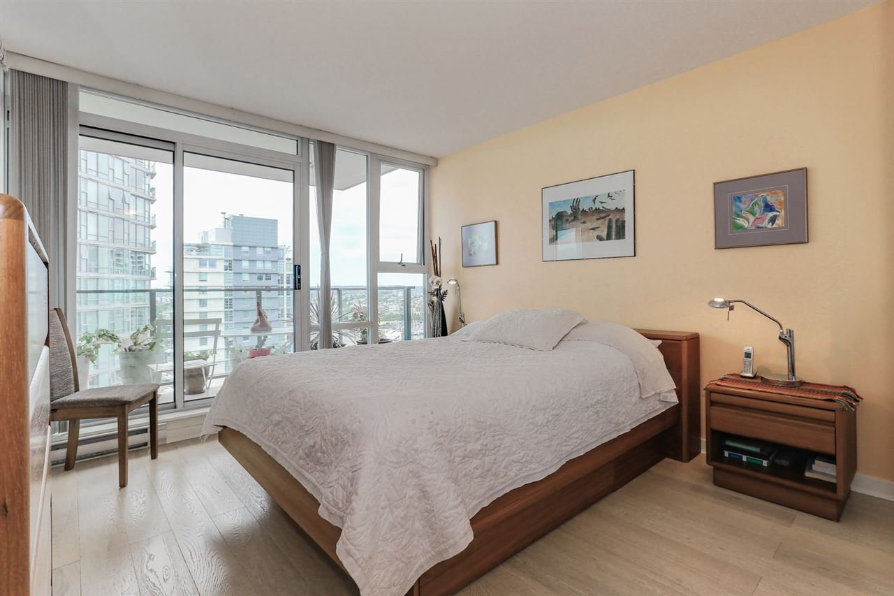 "Photo 9: Photos: 2302 550 PACIFIC Street in Vancouver: Yaletown Condo for sale in ""AQUA AT THE PARK"" (Vancouver West)  : MLS®# R2383341"