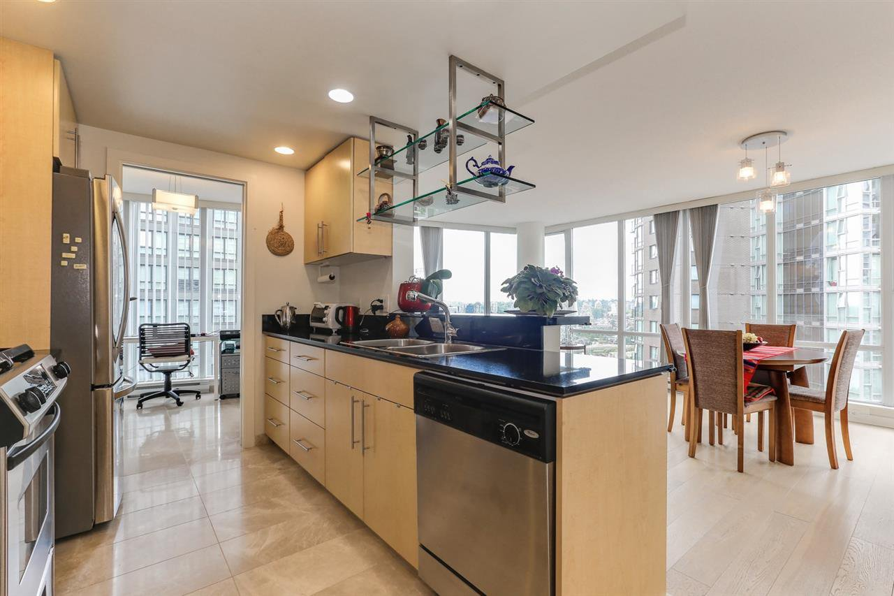 "Photo 7: Photos: 2302 550 PACIFIC Street in Vancouver: Yaletown Condo for sale in ""AQUA AT THE PARK"" (Vancouver West)  : MLS®# R2383341"
