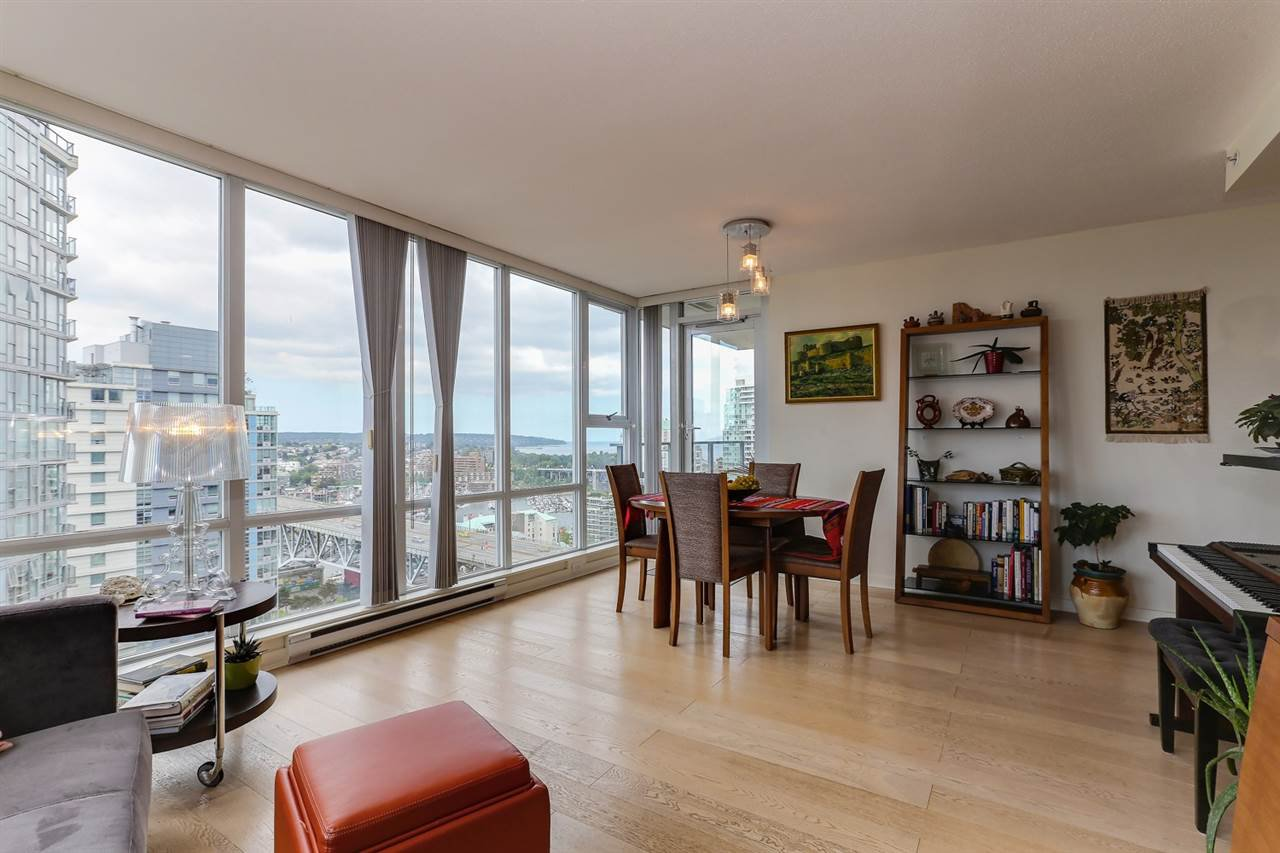 "Photo 5: Photos: 2302 550 PACIFIC Street in Vancouver: Yaletown Condo for sale in ""AQUA AT THE PARK"" (Vancouver West)  : MLS®# R2383341"