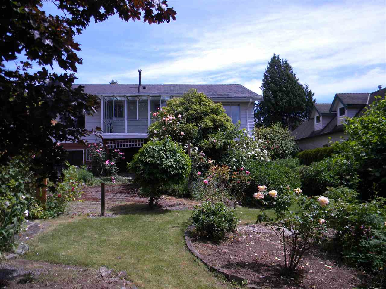 """Photo 4: Photos: 939 LEE Street: White Rock House for sale in """"East Beach"""" (South Surrey White Rock)  : MLS®# R2376460"""